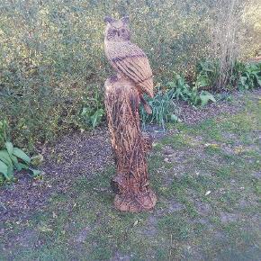 Træskulptur af en ugle, lavet med motorsav Højden er Ca. 110 cm og diameteren er Ca. 25 cm Den er behandlet med træbeskyttelse