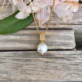 Halskæde med flot ferskvandsperle Perlen er natursten så den variere lidt fra gang til gang men ikke meget. Perlen måler ca 12-15 mm i dia. Kædens længde enten 42 eller 45 cm.  Kæden er i stål så den forbliver flot og pæn og smitter ikke af. Prisen er pr. sæt  KUN 139,-