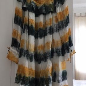 Ny kjole fra aj 117 project. Har løs pasform.  Sælger meget andet fra samme mærke samt fra mærker som custommade, day, rabens saloner, stylebutler, lollys laundry m.m.