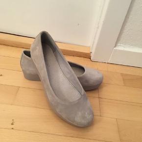 Behagelig ballerinaer med solid hæl hele vejen hen. Ruskind.