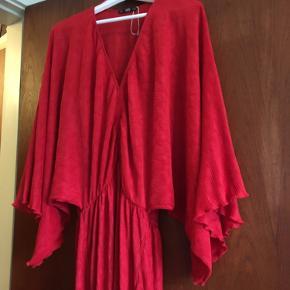 Flot næsten gulvlang rød kjole. Aldrig brugt.