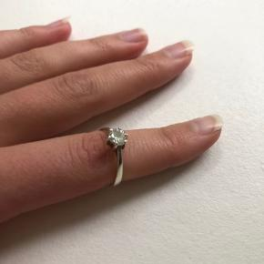 Ægte sølv ring i Sterling stemplet 925. En diamantring med en sten som diamant. Lidt forgyldning oppe ved diamanten, som kan ses på billederne. Sælges da jeg er begyndt at bruge guld smykker, så sælger ud af alle mine sølv smykker, tjek dem ud!