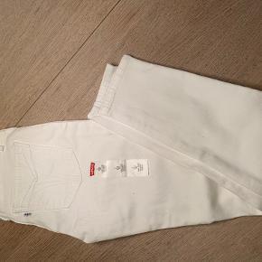 Helt nye og ubrugte Levis 721 High Rise Ankle Skinny str 25 i hvid.