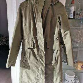 Beskrivelse på sidste billede. 3 i en jakke. Nypris 3500. Varm vinterjakke fra north face. Den inderste jakke kan lynes ud så man har en vendbar dunjakke. Og der er yderlaget en regnjakke.  Tænker 800 kr er en fair pris 🌺