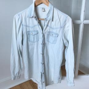 Fin skjorte i cowboy stof, søde knapper. Trænger til en strygning.