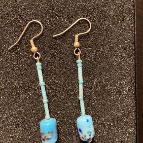 4 stk blå håndlavede øreringe, lavet i smukke blå perler. Pris er pr stk  Retro, vintage