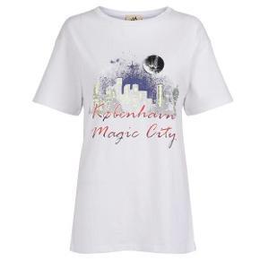 Sælger denne smukke Julie Fagerholt / Heartmade t-shirt i en lækker kvalitet! Den er kun brugt 1 gang så fremstår som ny. Nypris er 1400