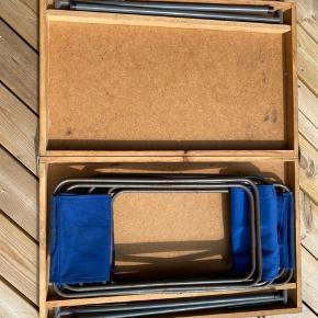 Retro campingbord med 4 stole. Sammenklappeligt med plads til stole i bordet. Er fra 1960' erne - og har mange timer og minder i sig. Fungerer fint og har den rigtige patina med slitage og pletter som vidner om hyggelige sommerture på stranden og i sommerhuset.