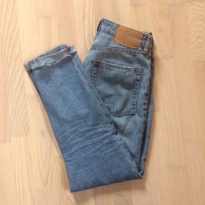 H&M Divided højtaljede Mom jeans m/ 5 knapper som lukning og en lidt rå kant ved nogle af lommerne og ved anklerne. 100% bomuld og meget bløde at have på :)