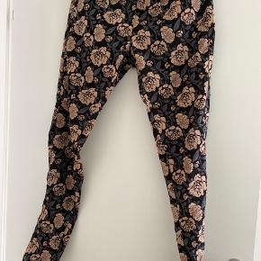 Super fine bukser med elastik i taljen og lommer.