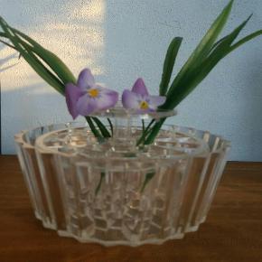 Fin gammel blomster opsats i klar plast . Original æske. Æsken lidt slidt . Vase i din stand