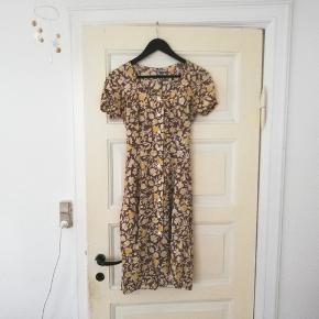 Brun og gul vintage kjole med blomster , str 40 men meget lille i størrelsen, nærmere en S/M. Med knapper og bindebånd. Rigtig fin sommerkjole