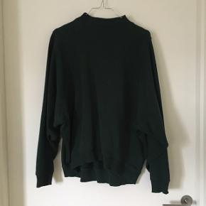 Mørk grøn trøje fra Monki med batwing-ærmer. Den er rigtig rar at have på.  Str. S  Min pris - 75kr