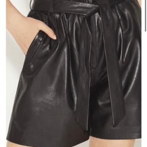 Cool skind shorts fra Munthe i det blødeste lammeskind. De har bælte i taljen, lommer I side og elastik kant i taljen.   Kan styles med strømpebukser under og bruges hele året ✨  Kun brugt få gange.   Nypris 2.599,-