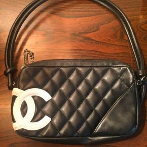 Chanel Cambon pochette. Bytter ikke - fast mp. Pris 4500 kr. Se billede i annoncen med annoncetekst, mål og brugsspor. Ingen kvitt. Eller authentic card længere. Selvfølgelig hologram indeni tasken.