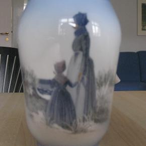 Royal Copenhagen vase med motiv af to Fanøpiger. Ingen fejl i glasur eller afslag.  Højde: 17 cm.  Bredeste sted: ca. 11 cm  Helst afhentning