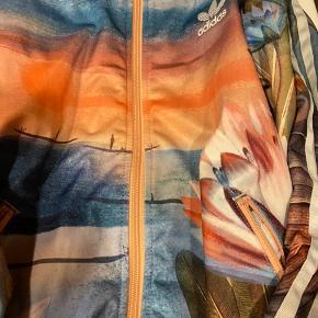 Møg fed Adidas bluse får den bare ikke brugt det passer ikke til mig den er super special og møg fin..  Mærket er revet a har brugt den 2 gange men ja det ikke mig