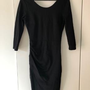 Elegant kjole fra Vila 🌹  Dybere udskæring på ryggen. Flotte detaljer. Tætsiddende.   Sælges billigt. Kan også afhentes på Amagerbro ved nærmere aftale