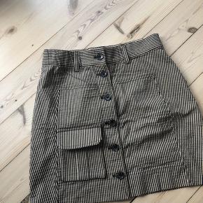 Stribet nederdel fra Ganni.   Mener nyprisen var 1.000,- eller deromkring. Brugt meget få gange og ingen brugstegn overhovedet.   Størrelsestilsvarende.