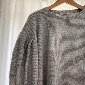 Blød sweater med pufærmer  Jeg sælger ud af garderoben og giver mængderabat. Du kan hente, vi kan mødes og jeg kan sende 🤍 Har masser af varer på min profil!