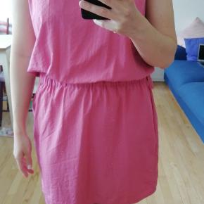 Næsten ubrugt kjole i den flotteste farve der virkelig skiller sig ud. Dog har den aldrig passet mig, så må se det i øjnene, at den skal videre. Bagsiden er åben, uden man kan se det. Det er lidt svært at beskrive, men det gør den lidt luftig. Tænker den passer en M/L. 100 % Polyester