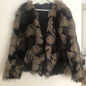 To af knapperne mangler, derfor sælges pelsen så billigt. Ellers ingen tegn på slid.