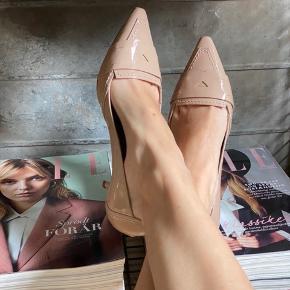 Smukke sko fra Pura Lopez med kitten heels. Brugt en enkel gang til barnedåb, hovedsageligt indenfor. Da sålen er lavet af meget fint ruskind ser de mere slidte ud end de er, efter første brug.  Sælger kun hvis rette pris opnås. Men byd endelig 😊  Se gerne min shop, har flere sko til salg og giver mængderabat ved køb af flere ting 😊  #Secondchancesummer
