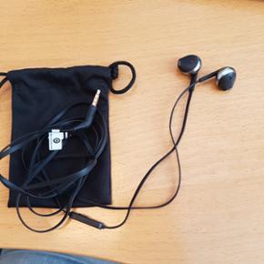 Helt nyt headset fra JBL. Købt den 31.05.18 til kr. 400,00. Har stadig kvitteringen. Ledningen er flad og 1.20 m. Der er mikrofon i. Garantibevis og kvittering medfølger.