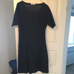 Gråmeleret kjole i A-facon fra Rosemunde. Giver en flot talje. Tykt stof der gør at kjolen falder rigtigt pænt og ikke krøller. Knælang (jeg er 170cm)