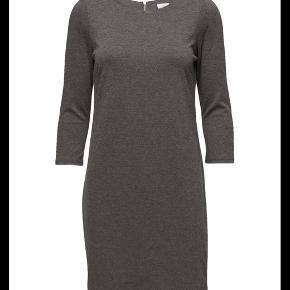 Fin kjole med 3/4 ærme. Lynlås i nakken. Almindelig musegrå farve  Polyester, viskose og elastane.  Bytter ikke. Køb for 250kr og jeg betaler fragt