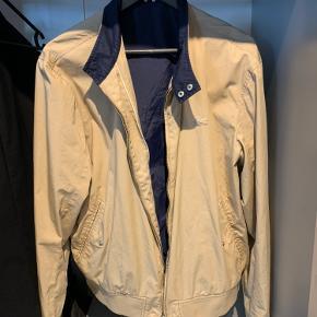 Sælger min lacoste jakke, da den bare står og fylder i skabet.  Har gået med den et par gange, så den er næsten som ny. Den er købt i kaufmann for 1500 kr.