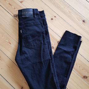 Sorte Skibby jeans med strech. Brugt en gang, men passer desværre ikke rigtigt. De er klippet af i benene. Byd!