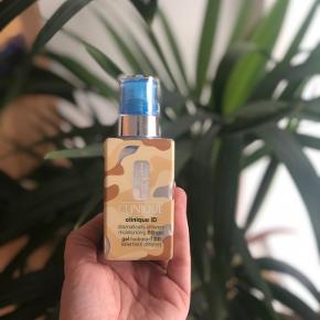 """Beskrivelse af produktet der hvor det er købt:  """"Clinique iD BB-Gel + Pores & Uneven Texture er fantastisk kombination af en bb-gel samt hudpleje til dig der døjer med en for store porer og en ujævn hudtone. Basen i dette innovative produkt er en BB-gel der er beriget med en Transforming Tint Release Technology™ der fugter huden i helt op til 8 timer. Derudover er den med diskrete farvepigmenter, der helt naturligt matcher din hudtone, og giver en mere glat og ensartet finish. Farven i denne er universal, og kan bruges til alle lige fra en helt lys hudtone, og så til dig med en medium tan. Når du så sætter din Cartdrige i, kommer hudplejen i produktet i spil.""""  Der er brugt to pump, så den er næsten som ny.   Køber betaler fragt 📦😊"""