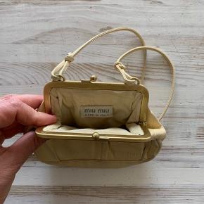 Skøn lille gå i byen taske. Købt i London for 10 år siden. Har fået en grøn streg jeg ikke ved hvad er og jeg har ikke forsøgt at fjerne den derfor den fine pris:-)