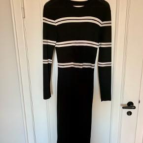 Kjole fra envii. To små pletter foran, måske de kan gå af i vask :)