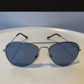 Aviator unisex solbriller med blåfarvede glas og UV fra UO. De sidste billeder er af et par jeg har brugt nogle gange. Det første billede af de nye indpakkede & dem der sælges! Normale i str. Nypris 200,- Hvis forsendelse som brevpost via postnord er Porto 20,-