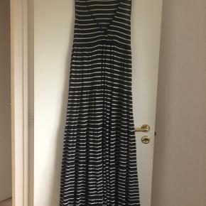 Bemærk kjolen er sort og hvid Jeg vil mene at den kan både passes af en xs/s/m