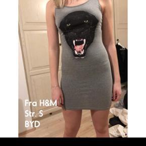 Stram grå kjole med en sort leopard foran