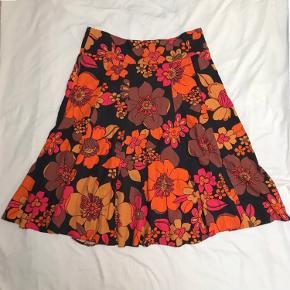 🍂🍁🍂🍁🍂🍁🍁🍂🍁🍁🍂🍁🍁🍁Super cute blomstret vintage 70er midi nederdel. Rigtig efterårsfarver🍂🍁🐿 Købt i en vintage butik. Meget funky, groovy og hippie look. Der står ikke mærke eller størrelse i, men taljen måler ca. 85cm. Der er  huller til bælte, så kan derfor justeres til at passe de fleste størrelser. Byd gerne! Prisen er ikke fast🍂🍁🍂