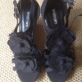 LANE BRYANT SANDALER Super søde sorte sandaler med hæl. Brugt få timer men intet som kan ses  Sender med DAO på købets regning