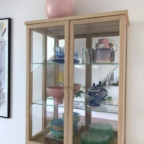 Smukt vitrineskab fra ikea, små seks måneder gammelt.   Model: SAMMANHANG  Mål: 60x78 cm (21 i dybde)