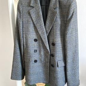 Slightly oversized wool blend plaid blazer in a double breasted silhouette with three rows of buttons and flap pockets. Gently worn, no faults or signs of wear.