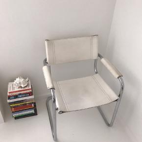 To super cool stole med hvidt læder i Bauhaus stil sælges. Kan både bruges som spise- og lænestol. 750,- pr. stk. Kan afhentes i Aarhus C