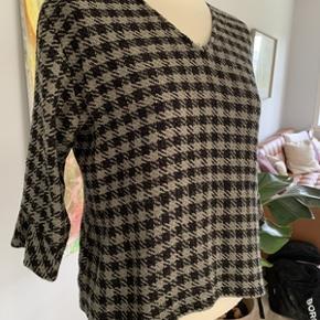 Super fin Masai bluse str. M med let figursygning og 3/4 ærme. Blusen er brugt, men i meget fin stand (måske næsten som ny) Materiale 57% cotton og 43% viskose. Mål: Længde 56 cm, brystomkreds 110 cm og taljeomkreds 98 cm. Fra ikke ryger hjem.