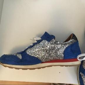 Varetype: Sneakers Farve: Blå Oprindelig købspris: 999 kr.  Skønneste sko der blev for små desværre Brugt 3-4 gange Super stand og fantastisk farve
