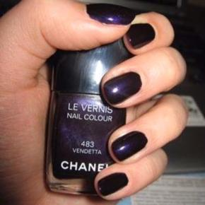 """CHANEL - 483 VENDETTA  Smuk farve fra Chanel. Kanten går et stykke over teksten """"le vernis"""" så der er stadig meget tilbage. Toplåget medfølger, men æsken har jeg ikke længere.  Se også alle mine andre annoncer!   Søgeord: mørkelilla lilla vendetta neglelak nailpolish nailcolour purple"""