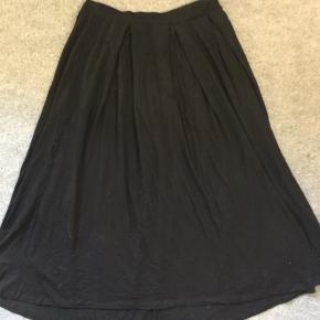 Simpel sort nederdel fra ASOS i str. L 🌺 Kun brugt og vasket en enkelt gang.
