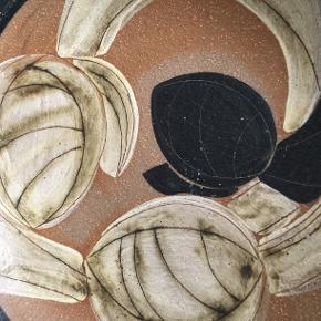 Meget smukt keramikfad fra Søholm. Fadet er smukt dekoreret, er 30 cm i diameter og 6 cm højt. Det kan både stå som bordfad eller hænge som dekoration på væggen. Fadet er helt ok, ingen afslag eller revner.