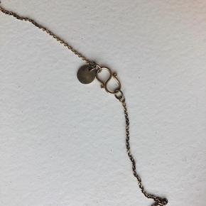 """Fin halskæden med kors vedhæng fra Jane Kønig. Fejler absolut intet men kunne godt trænge til en omgang puds, da det har """"ligget stille længe""""."""