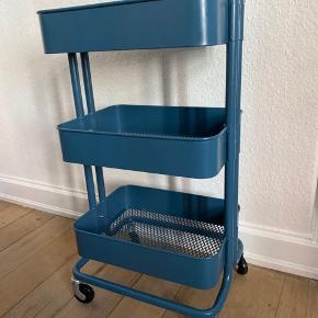 Rullebord fra ikea i den flotteste blå farve😊. Den har ikke en skræmme